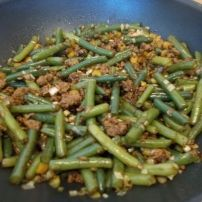 Dit lekkere pittig gekruide gehakt met sperziebonen is een heerlijk wokgerecht met bijvoorbeeld rijst, maar ook heel lekker als ovenschotel met aardappelpuree....