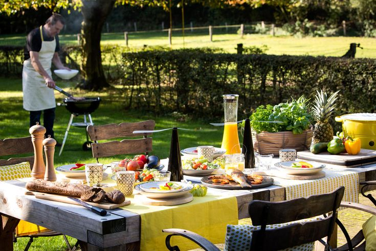 Makeithome.nl - Barbeque, heerlijk buiten eten. Geel tafellinnen en gele kussens. Servies van bloomingville.