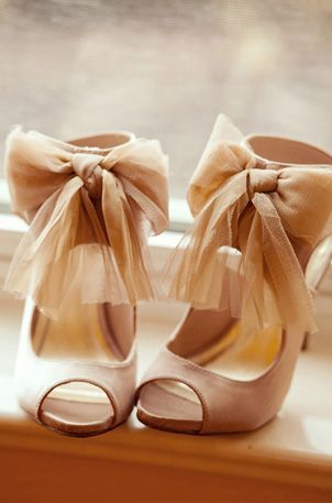 lovely bow heels in the nuuuuude
