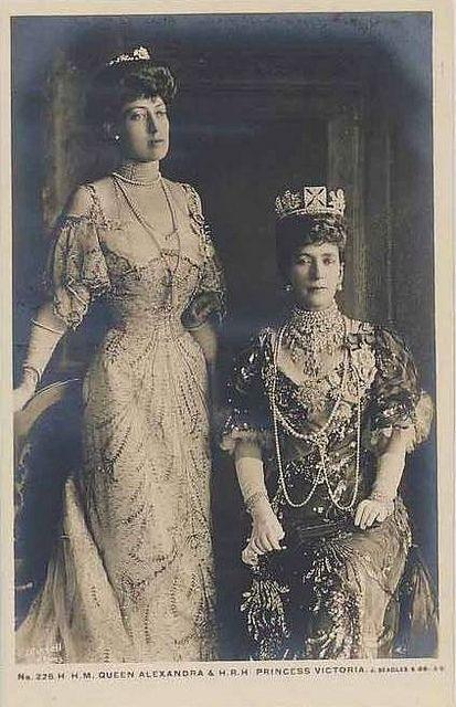 Foto de la reina Alejandra de Inglaterra. Era la hermana de la zarina de Rusia. Princesa Victoria, hija de la reina en pie.