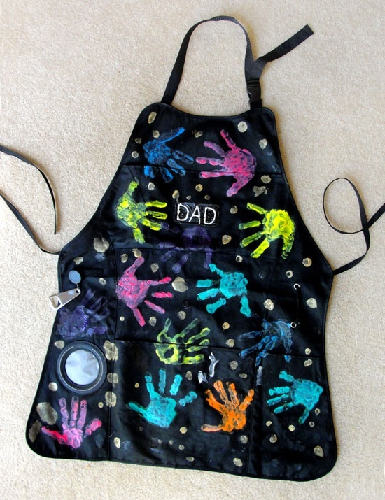 Un tablier, de la peinture aux doigts et des petits mains, voila un beau cadeau pour la fête des pères.