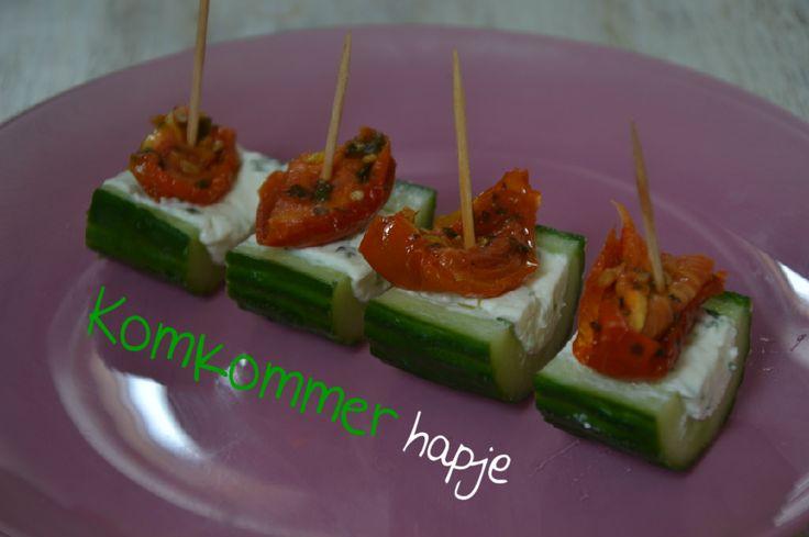 Komkommer hapje met zontomaatjes en roomkaas. Ook lekker met gerookte zalm.