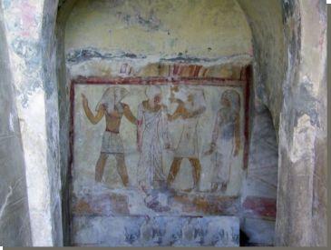 Op een landtong bij de westelijke haven van Alexandrië zijn vlak bij het paleis Ras at-Tin graven ontdekt die dateren uit de 3de en 2de eeuw voor Christus