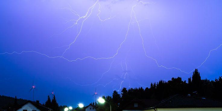 Wenn du ein Gewitter und Blitze fotografieren möchtest, habe ich hier eine Anleitung mit Kameraeinstellungen und weiteren Tipps für Gewitterfotos.