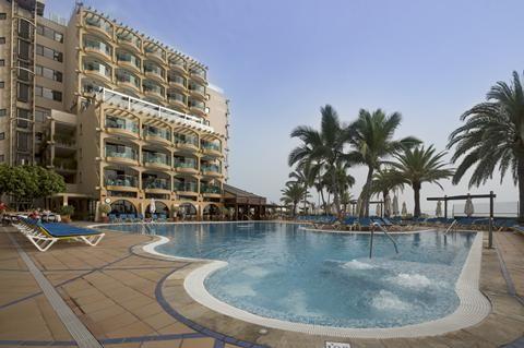 Dorado Beach  Hotel Dorado Beach in Arguineguin heeft een perfecte locatie. Met een heerlijk relaxed vakantie-wandeltempo slenter je zo naar het strand haal je een ijsje in het centrum of zie je de vissersboten binnenkomen in de haven. Maar vakantie is natuurlijk ook 'mañana mañana' je bent immers in Spanje. In dit hotel doe je dat bij voorkeur in een hangmat op het dakterras. Bubbel jij liever in het bubbelbad? Geen probleem met het door palmbomen omgeven zwembad als uitzicht heb jij meteen…