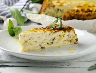 Für den Ricottakuchen mit Pancetta und Salbei zunächst die Jungzwiebeln abspülen, reinigen und in kleine Stückchen schneiden, auch das Grün. Vom