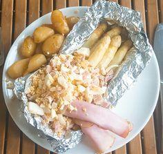 Als je witte asperges bereid in de oven, gewikkeld in aluminiumfolie, kunnen ze bijna niet mislukken. De botersaus zit al in het pakketje!