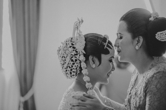 Javanese wedding photoshoot | A Foliage-Laden Central Javanese Wedding In Jakarta | http://www.bridestory.com/blog/a-foliage-laden-central-javanese-wedding-in-jakarta