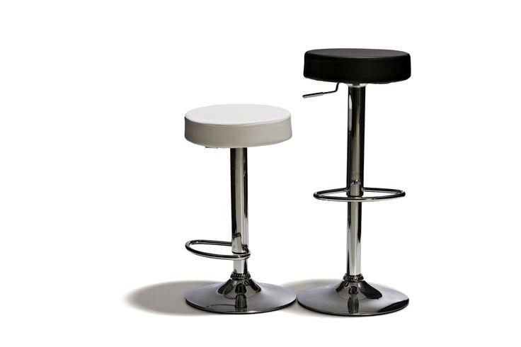 Prag - Barstol, höj- och sänkbar med sits i konstläder och underrede i kromat stål. Finns i vit och svart.