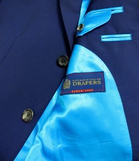 トラッパーズ DRAPERS    1956年にイタリア・エミリア・ロマーニャ州ボローニャで創業  スーツ素材 コート素材 ジャケット素材 パンツ素材  などなど 服地提供する問屋的存在です    ここの社長は凄いんです  自らユーロ圏内のテイラー・アパレルを回り  顧客ニ^ズ 消費者ニーズを探り  次期の提案材料のヒントにしてる経営者です    ですので  その提案力はブレない  傾向の先取りが早い  売れる素材が多い  です    DRAPERS  英語で服地屋 draper  イタリア語テイラーの服地商 drapperie per sartiこれの交じりです    その扱い所は    ブリオーニ  ルイ・ヴィトン  エトロ  ベルベスト  エルメス  ランバンキートン  ディオール  などなど     この素材 紺?   いや  紫?  いや  なんとも言えないです    シングルスーツ ¥126.000-税込み