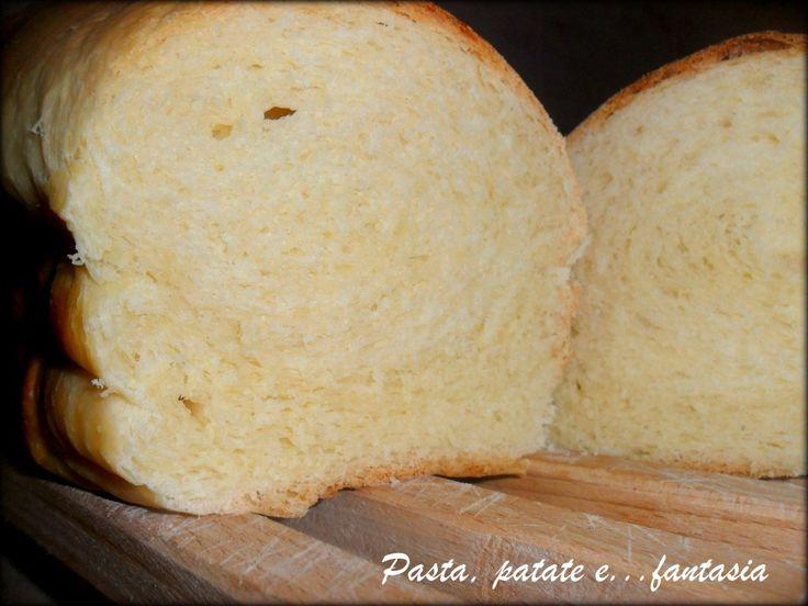 Pan brioche  Questo è uno dei pan brioche più buoni che abbia mai mangiato. Morbidissimo e gustoso, troppo invitante anche al naturale! Seguo molto Adriano Continisio, le sue ricette sono praticamente perfette e semplici da seguire.   300 gr di farina manitoba 150 gr di latte freddo 12 gr di lievito di birra   30 gr di latte 1 cucchiaio di farina 6 gr di lievito di birra