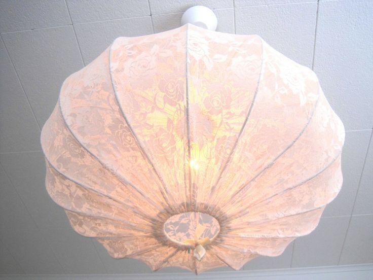 Taklampa i vit spets via Retro lampskärmar, unika barnlampor, stora taklampor