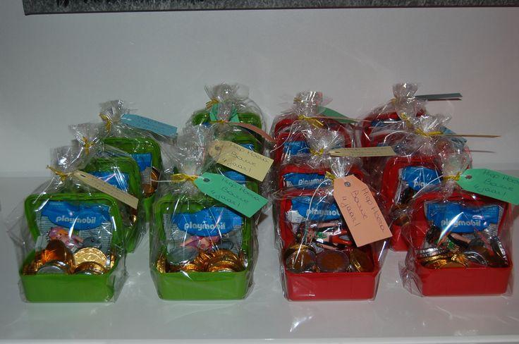 Traktatie voor 4e verjaardag van Bouwe  Schatkistjes  Koekdoosjes van Action Sleutelhanger Playmobil Voor de jongens een stoere piraat en voor de meisjes een lieve prinses. Chocolademunten.