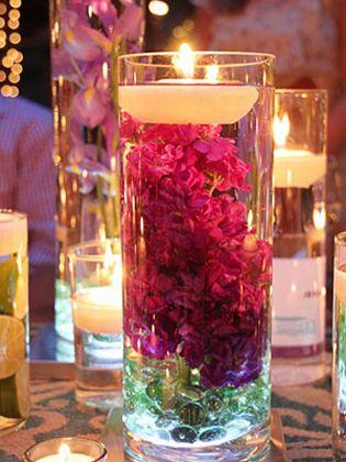 """A luminária no copo é uma peça fácil de fazer, tem baixo custo e fica muito linda. Ideal para decorar um cantinho especial, um jantar romântico e até uma festa, essa luminária pode ser feita com flores, frutas, bolinhas, etc... é só deixar a criatividade fluir. Veja que charme e<a href=""""http://bbel.com.br/decoracao/post/artesanato/como-fazer-uma-luminaria-no-copo"""">inspire-se</a>."""