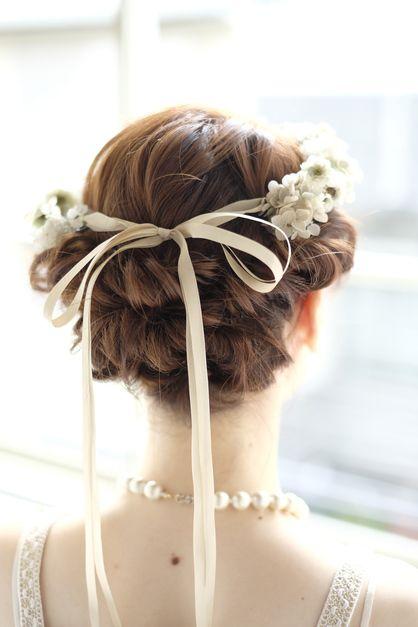 後ろのリボンもキュート ウェディングドレス・カラードレスに合う〜アップの花嫁衣装の髪型まとめ一覧〜