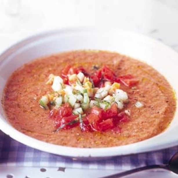 Amuse: Gazpacho  Voorgerecht 4 personen... Ingrediënten •8 tomaten, ontveld en in stukken  •1/2 komkommer  •1 zoete puntpaprika  •handvol ijsklontjes  •3 el olijfolie   •1 el rode-wijnazijn   Bereiden 1.Maal in de keukenmachine de tomaten fijn met de komkommer, de paprika en de ijsblokjes. Voeg de olie en de azijn toe en breng op smaak met peper en zout. Serveer met een kleingesneden bosui, tomaat, komkommer en een beetje olijfolie.