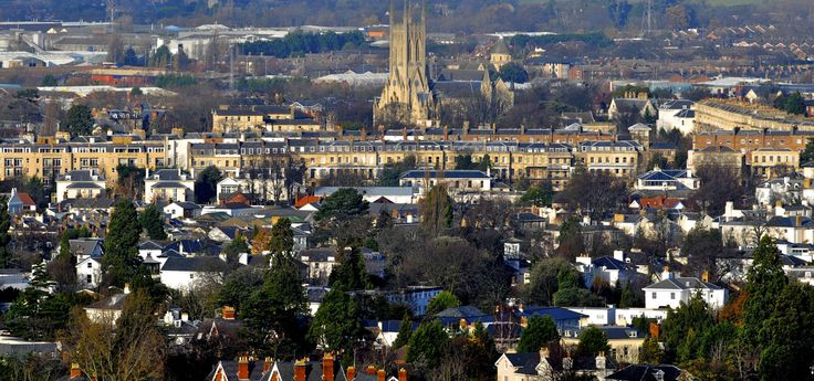 Between refined gardens, neoclassical architecture, horse races and cricket tournaments, #Cheltenham, a town of 110'000 inhabitants on the edge of the Cotswolds, has a purely British charm. #WeAreESL https://www.esl-languages.com/en/adults/learn/english/cheltenham/england/index.htm