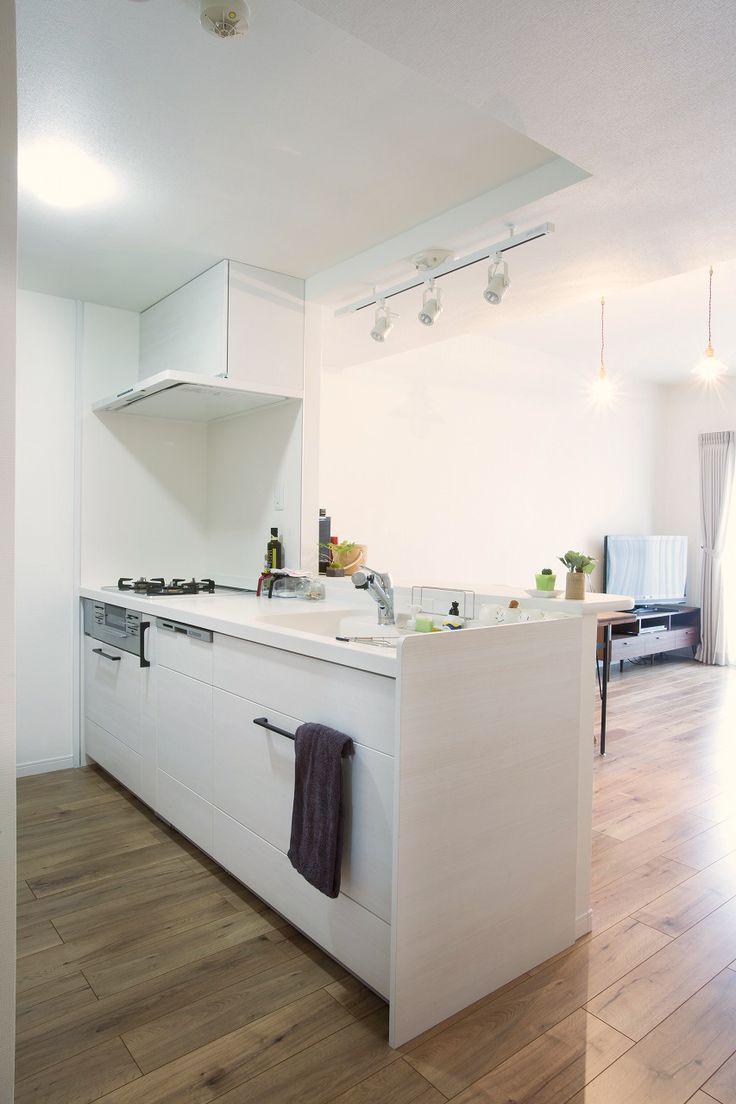 マンションリノベ。キッチンのカラーはホワイトで統一。タオルなどの小物にブラウン系を入れてアクセントにしています。  #キッチン #白いキッチン #マンションリフォーム #リノベーション #ブラウン #茶色のタオル #オープンキッチン #茶色い床 #浄水器のあるキッチン #ガラストップのコンロ #人造大理石のキッチン #食洗器 #キッチン交換 #カウンターキッチン #マンション購入 #中古マンション #白い壁 #ホワイトで統一 #施工事例 #ラビングホーム #不動産 #建築 #所沢で家を買う #東京戸中野区 #西武線沿線 #沼袋 #白い換気扇 #スポットライト