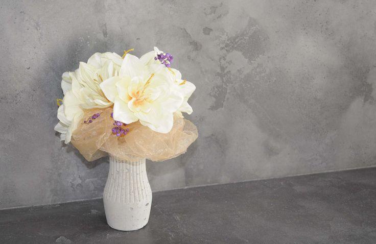 """Betonová vázička  Betonová vázička v sobě skrývá zabudovanou plastovou zkumavku. Je vhodná k aranžování suchým květinovým vazeb i čerstvých květin. Může tvořit zajímavý doplněk na vašem jídelním stole. Kombinace """"hrubého"""" betonu a něžného klasického tvaru vázy je originální a neotřelou kombinací, která tvoří neopakovatelný výsledek.  Rozměry vázy:  Výška: 10,5 cm  Šířka (základny): 5 cm   169 Kč"""