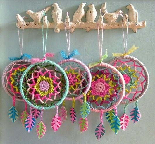 Atrapa sueños de ganchillo, hechos a mano - Handmade crocheted dream catchers.