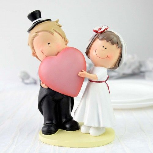 Mire si mireasa cu inimioara este o figurina vesela ce reprezinta foarte bine si placut personajele principale ale unei nunti. Optand pentru aceasta figurina nu veti regreta deoarece: este o modalitate originala de a exprima dragostea voastra are un design creat cu stil se potriveste cu orice tema