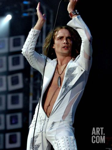 justin hawkins pictures   Justin Hawkins Lead Singer of the Darkness on the Main Stage at Tin ...
