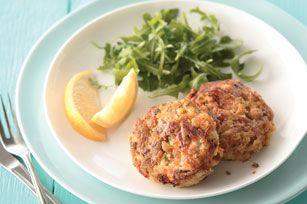 Oubliez tout ce que vous savez sur les galettes de thon. Simples, fromagées et liées par une savoureuse farce, celles-ci plairont même à ceux qui n'aiment pas le poisson.