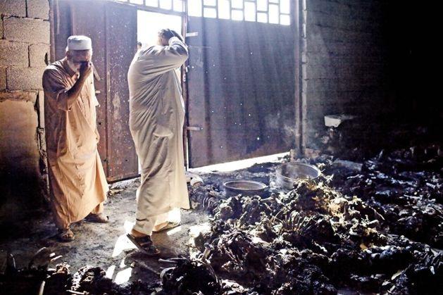 Co najmniej 50 spalonych ciał zostało odkrytych 27 sierpnia w Libii, blisko bazy Brygady Chamisa. Zwłoki miały należeć do przeciwników reżimu zamordowanych 23 i 24 sierpnia. Fot. Benjamin Lowy/Getty Images Europe/Flash Press Media