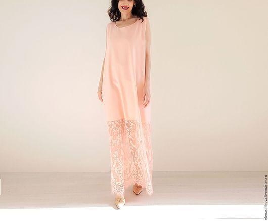 Платье нижнее из смешанной ткани (лен+ вискоза+стрейч), нежно-розового цвета. Ткань средней плотности, и фактура не ровная, с легкими заломчиками - имитирующая льняную помятость. Низ платья украшает красивое кружево Шантильи ровно в тон ткани