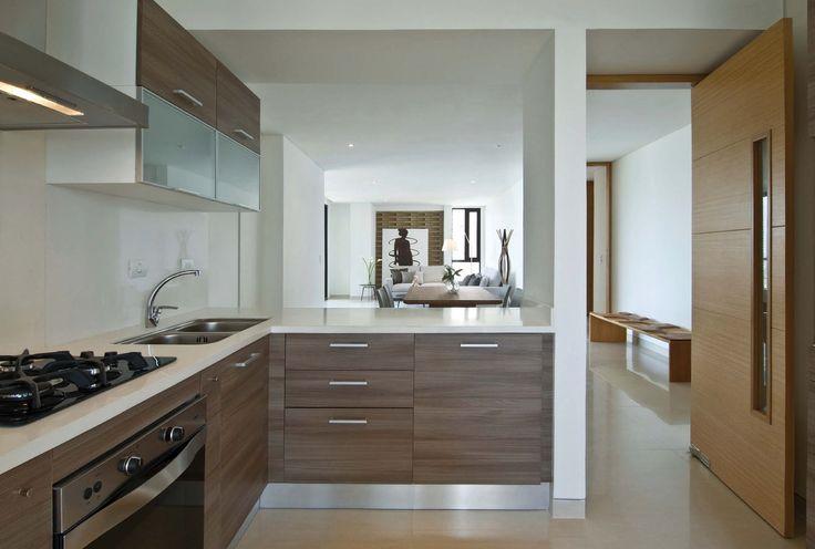 La acertada distribución de los apartamentos logra generar diversas y atractivas fugas. Al fondo, la pared de ladrillos de concreto brinda textura y color a la estancia.