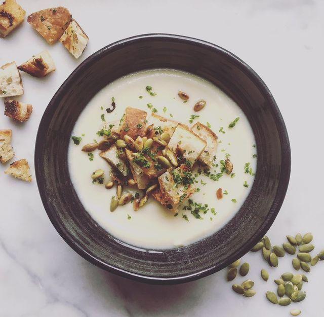 Blomkålssoppa Recept; 1 stort blomkålshuvud, ansat och delat i mindre bitar Knappt 1/2 l vatten 1 1/2 grönsaksbuljong-tärning 3/4 burk Oatly´s iFraiche/créme fraîche/kvarg 1 msk mjölkfritt margarin Vitpeppar Svartpeppar Salt **Koka blomkål, vatten och buljong till mjuk. Häll i fraîche och mixa slät. Värm upp soppa och runda av med smör. Krydda efter smak.