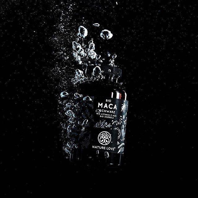 Schwarzes Maca ist eine von verschiedenen Sorten der Maca-Wurzel. Das Pulver unterscheidet sich farblich kaum von dem Pulver der gelben oder roten Maca-Wurzel, denn deren Farbunterschied ist nur äußerlich erkennbar. Wer also verschiedene Sorten unserer Bio-Maca-Kapseln hat und sich darüber wundert, warum das Pulver in den Kapseln fast gleich aussieht: Das ist völlig normal! 👌