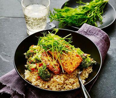 Hoisinglacerad tofu med broccoli och chili | Recept ICA.se