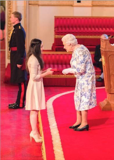 i-rena: Η Βασίλισσα υποκλίθηκε στην Κατερίνα από την Κύπρο...