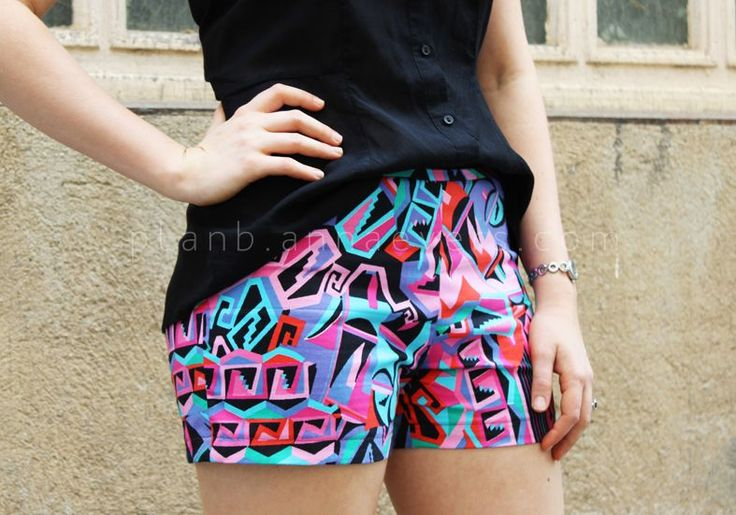 DIY shorts sewing pattern & tutorial by Plan B Anna Evers - summer is calling / sewing / easy sewing / pattern / womans fashion. I love the colourful patterned fabric pictured!
