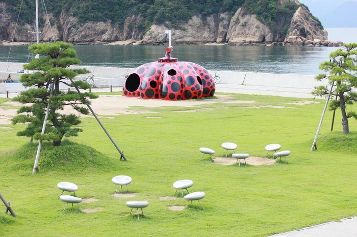 「直島」で出迎えるのは、港そばに設置された、草間彌生の「赤かぼちゃ」。