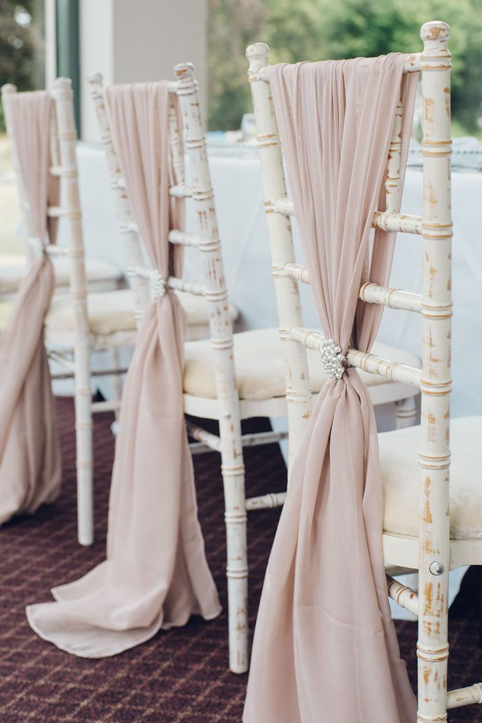 Get inspired by this dusty pink wedding decor, ideal for a soft touch to a rustic venue.
