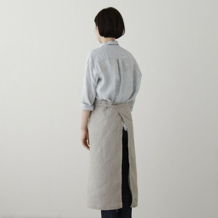 A classic and handsome apron that provides full coverage—even for the messiest cook, crafter, or server in your life. Functional and long-lasting, two handy pockets are placed in front for tools, uten