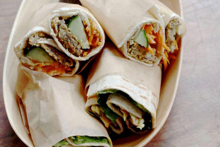 Goed gevulde wraps om mee te nemen naar een picknick. Met Sabra houmous, falafel, curry kikkererwten en veggies.