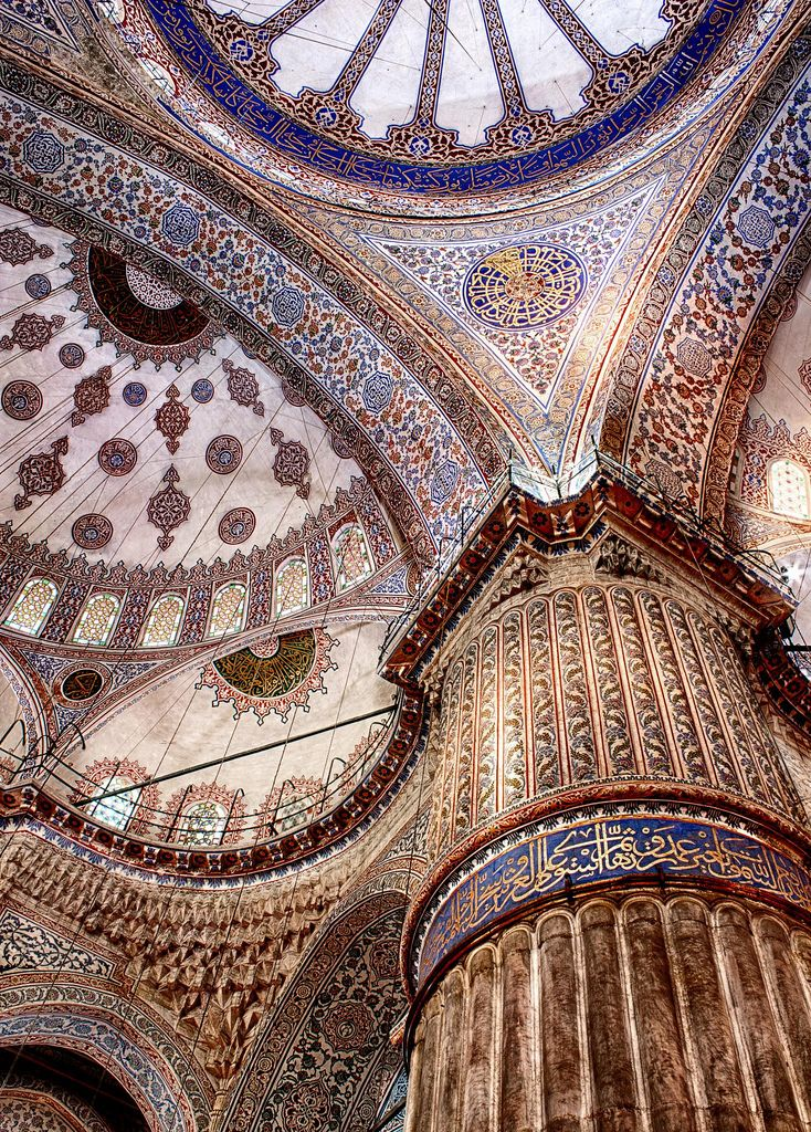 Estambul    dearscience:    Inside Blue Mosque in Ramadan by Andy Atakan    still can't believe I was here only a little over a month ago.   The Blue Mosque was one of my favorite places in Istanbul.