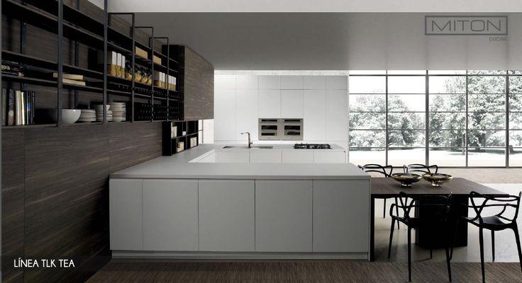 Mesones de #cocinas amplios, mesa de comedor y estantes para guardar todo lo que tú necesitas