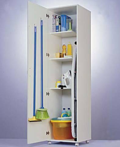 16. Nesse armário com rodízio, tudo fica escondido, inclusive a tábua de passar roupas (Tok & Stok) e as vassouras (37 x 37 x 190 cm). No Peg & Faça. O ferro é da Camicado.