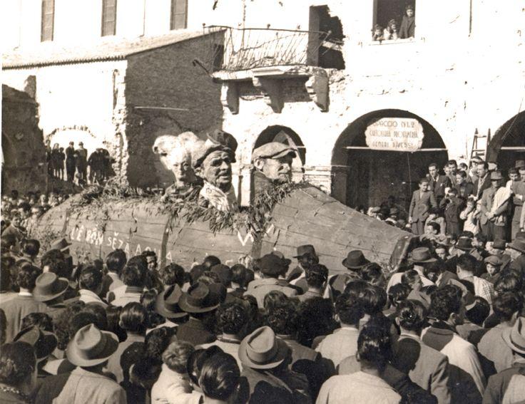 """""""La Ruscaia"""", maschere di Varoli che spuntano da una grande botte di vino in una delle prime parate della Segavecchia del dopoguerra"""