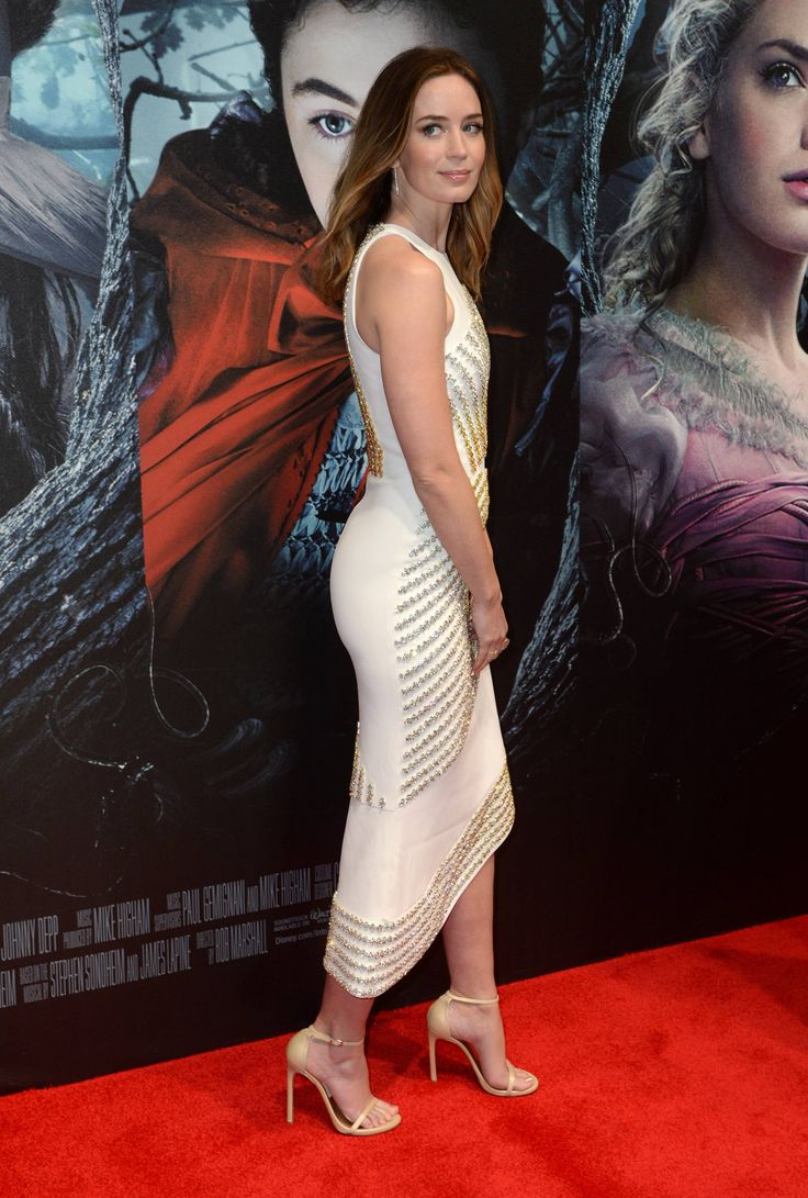 Emily Blunt curvy in a figure hugging dress on the red carpet