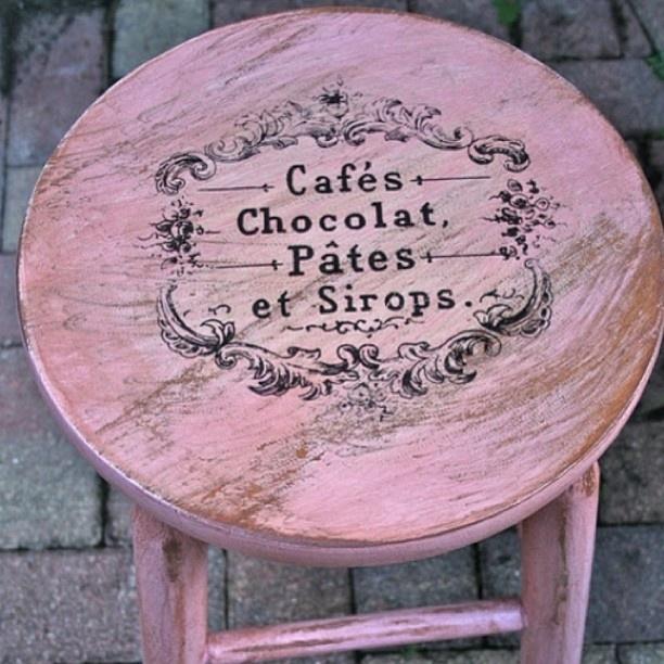 Декор простого деревянного стула акриловыми красками с помощью трафарета, немного состаривания с помощью парафина и voila!
