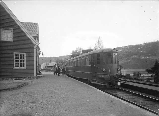 [Jernbanevogn på stasjon. Passasjer på perrongen. Stasjon ukjent] fra marcus.uib.no