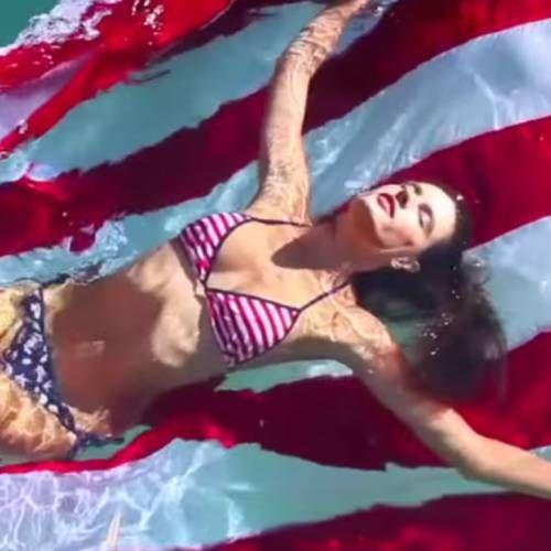 Ambrosio Ambrosio en bikini : Le drapeau américain n'a jamais été aussi sexy !
