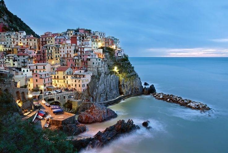 Manarola (Itália): No noroeste da Itália, a Riviera Ligúria é a principal atração. É lá que fica Cinque Terre, um acidentado trecho de terra costeira, constituído por cinco comunas. Manarola, distrito de Riomaggiore, é a menor delas. Os coloridos prédios no penhasco à beira mar atribui todo o charme à vila, que preserva a tranquilidade de interior, já que é a menos afetada pelo turismo. As ruas são todas muito íngremes, encontrando no ponto mais alto a igreja de San Lorenzo, de 1338. Trilhas…