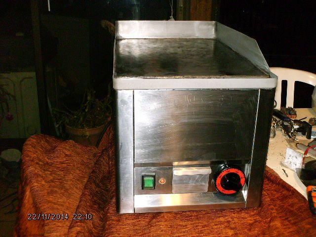 location d'une plaque à snacker (plancha) professionnelle electrique en 220 volts. 3000 watts (14 amperes) peut etre installée sur n'importe quelle prise de courant chez soi.idéale pour accompagner une soiree Kebab (j'ai des appareils qui vont de 10 kg à 60 kg de viande. peut etre aussi accompagné d'une friteuse de 8 litres transportable. Location plaque a snacker 220 volts à louer à Fontenay-lès-Briis (91640) _www.placedelaloc.com