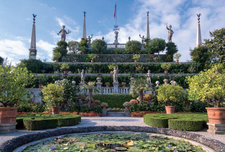 Vitaliano Borromeo accompagna i lettori in una visita agli splendidi giardini storici e ai segreti di Isola Bella sul Lago Maggiore.